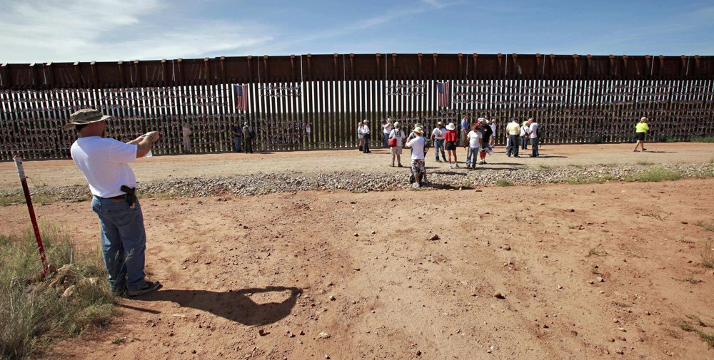 Američania sa chodia fotiť k plotu, ktorý ich oddeľuje od Mexika. FOTO – SITA/AP