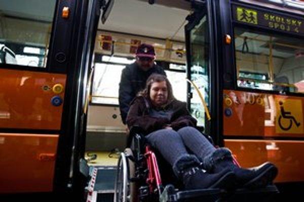 Aj s vlastným autom majú postihnutí ľudia problémy.