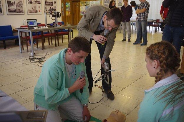 Prezentácia mladých zdravotníkov. S hlavným organizátorom podujatia a moderátorom Pavlom Baškom.