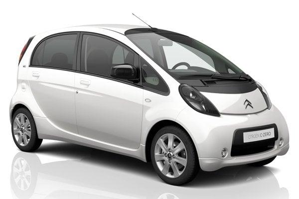 Citroën C-Zero má čisto elektrický pohon. Do výbavy tichučko jazdiaceho modernizovaného elektromobilu patrí aj systém akustického varovania chodcov i diaľkové ovládanie kúrenia a klimatizácie.