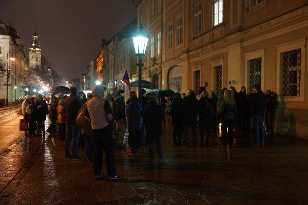 Podvečerná spomienka. Organizovali ju aktivisti, pritiahla na Hlavnú asi stovku ľudí.