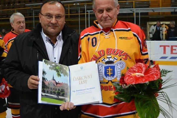 Primátor Topoľčian Peter Baláž odovzdáva ďakovný list oslávencovi Stanislavovi Horskému.