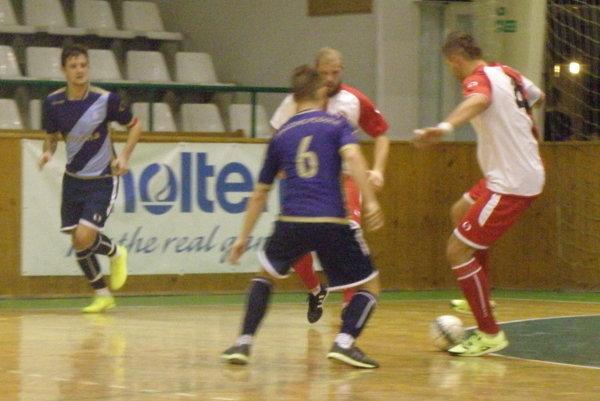 Pri lopte hráč MFK TW Jozef Adámik, ktorý strelil v zápase tretí gól svojho mužstva