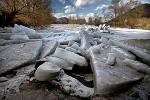 Minulý rok sa v riekach hromadili kryhy (vľavo), tentoraz je zima miernejšia.