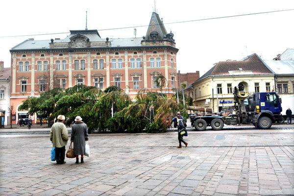 Vianočný strom privážajú do centra Košíc.