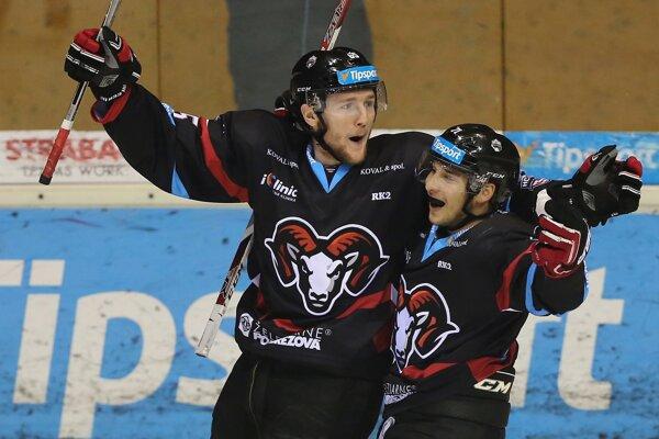 Hokejisti Banskej Bystrice sa tešili z tesného víťazstva.