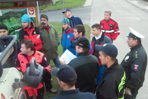 Pátracie skupiny si pred pár minútami rozdelili oblasť, ktorú idú prehľadávať.