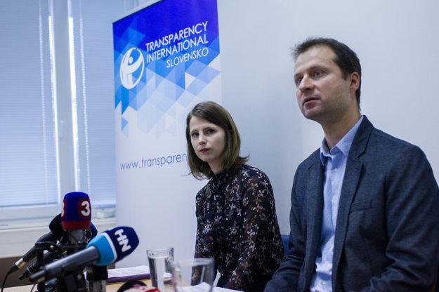 Zuzana Hlávková a šéf Transparency Gabriel Šípoš.