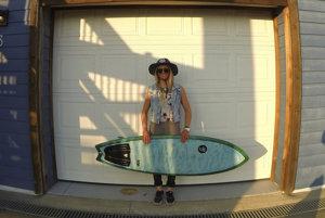 Doska je jej život. Surfovať sa snaží každý deň.