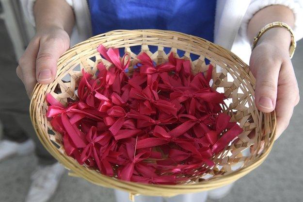 Na snímke purpurová stužka, ktorá je symbolom Svetového dňa predčasne narodených detí.