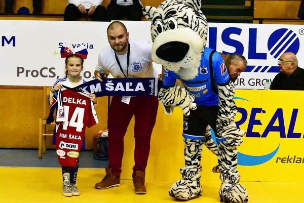 Najmenšia fanúšička hádzanárov Adelka dostala k narodeninám dres HKM Šaľa.