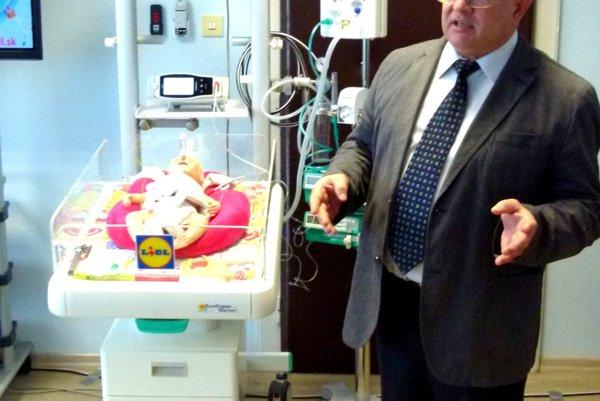 Mirko Zibolen predvádza záchranný set pre novorodencov.