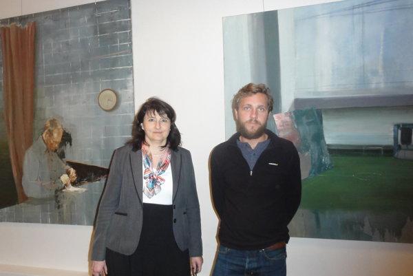 Pred svojimi dielami Juraj Toman a kurátorka výstavy Adriana Récka.