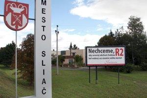 Na odpor Sliačanov proti R2 cez územie mesta upozorňovali v minulosti aj billboardy popri ceste.