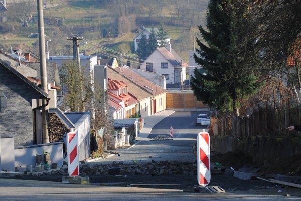 Práce na rekonštrukcii jednej z najstarších bardejovských ulíc práve finišujú. (Zdroj: Mario Hudák)