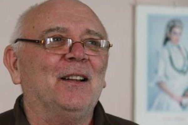 Narodil sa v roku 1950 v Horných Plachtinciach. Maturoval na strednej škole poľnohospodárskej v Lučenci. Pracoval ako zootechnik na družstve v Príbelciach a Plachtinciach, celý život sa však venuje najmä folklóru (začínal v súbore Krtíšan) a ľudovým zvyko