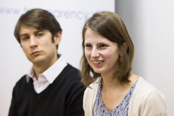 Pavol Szalai a Zuzana Hlávková počas tlačovej konferencie Transparency International Slovensko.
