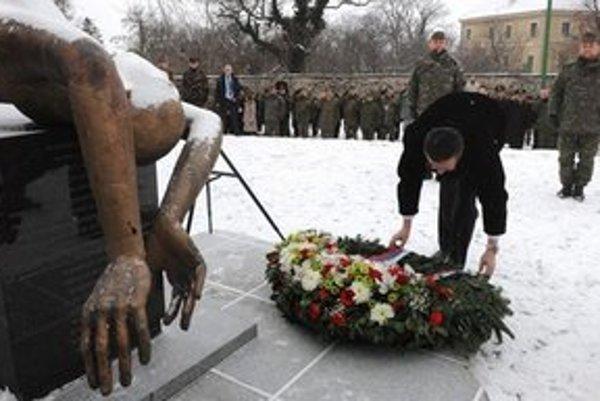 Minister obrany kladie veniec k pamätníku obetiam.
