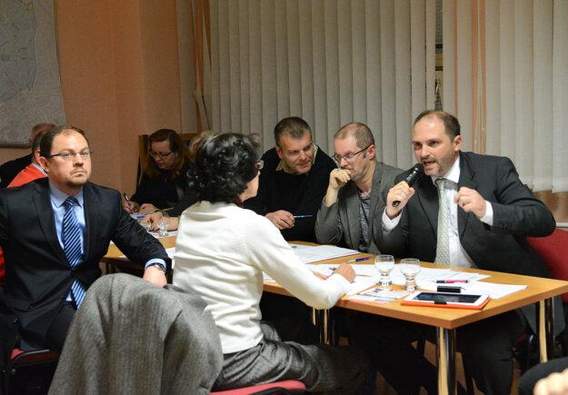 Poslanec Polaček. Chcel, aby zrušili aj predchádzajúci súhlas s koncepciou EEI, ale návrh nakoniec nepredložil.