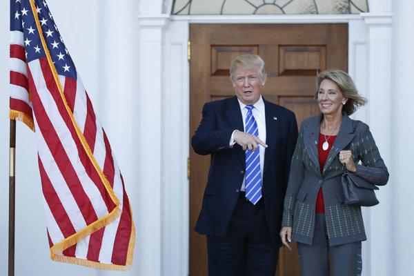 Trump a DeVosová pózujú pre fotografov.