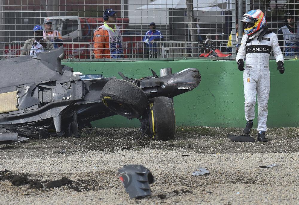 Monopost letel vzduchom asi tridsať metrov. Alonso vyviazol bez zranení.