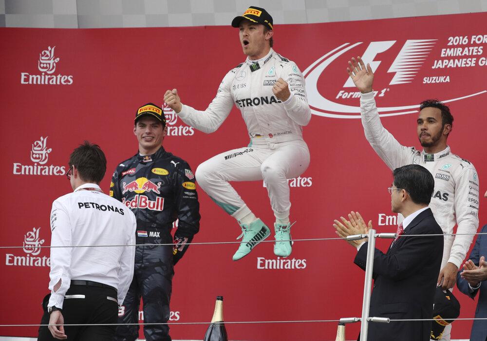 Nico Rosberg oslavuje víťazstvo na okruhu Suzuka v Japonsku.