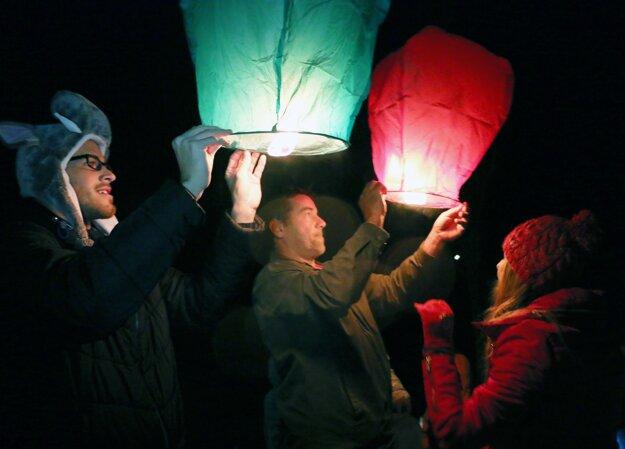 Lampióny šťastia vypustili v Malinovej k oblohe počas lampiónového sprievodu.