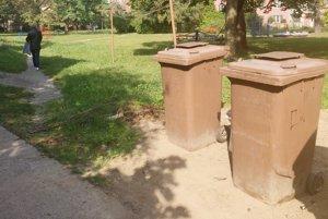 Hnedé nádoby na bioodpad.