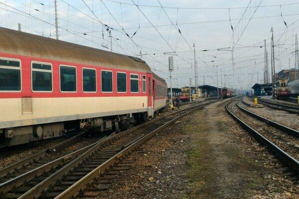 V Žiline odstraňujú následky vykoľajenia vlaku.