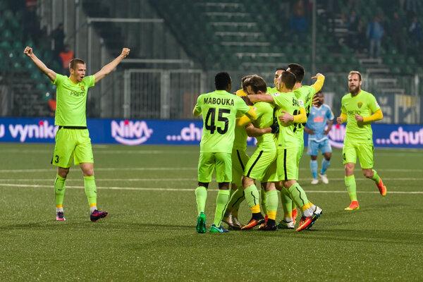 Futbalisti MŠK Žilina oslavujú gól do siete Slovana.
