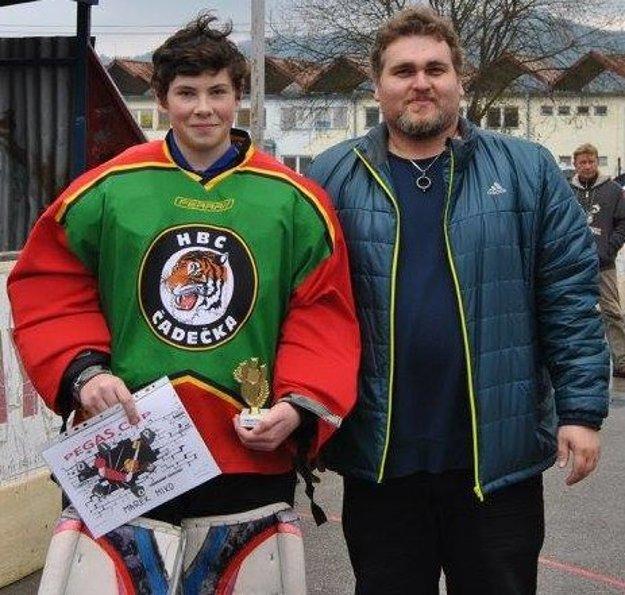 Riaditeľ CVČ Čadca Peter Jurga s najlepším brankárom turnaja Marekom Mikom.