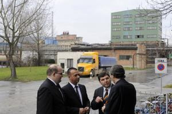 Pri včerajšej návšteve chemičky v Novákoch sa minister hospodárstva Juraj Miškov (SaS) stretol s podnikateľom Miroslavom Remetom (tretí zľava), ktorý sa hlási k spoločnosti M–Energo.