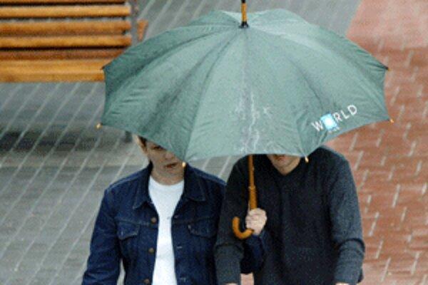 Bez dáždnika sa v najbližších hodinách určite nezaobídeme.