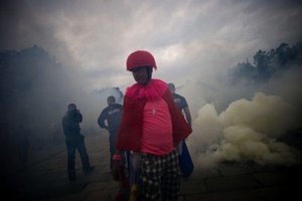 Pokojnú atmosféru narušila na začiatku pochodu dymovnica.