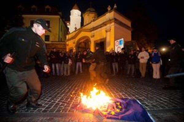 Polícia zasiahla, keď začali páliť vlajku.