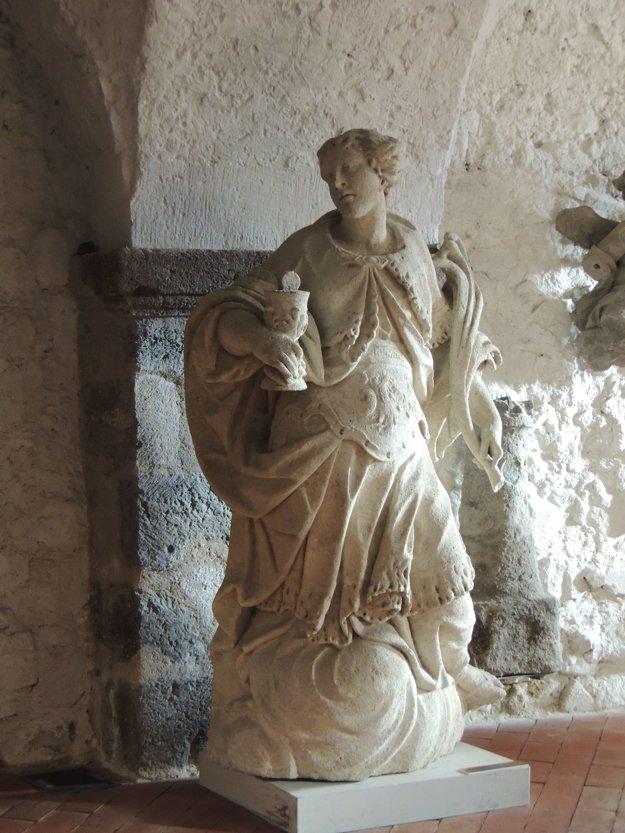 Interiér kočiarne zdobia originály sôch zo Stĺpa sv. Trojice na Štefánikovom námestí.