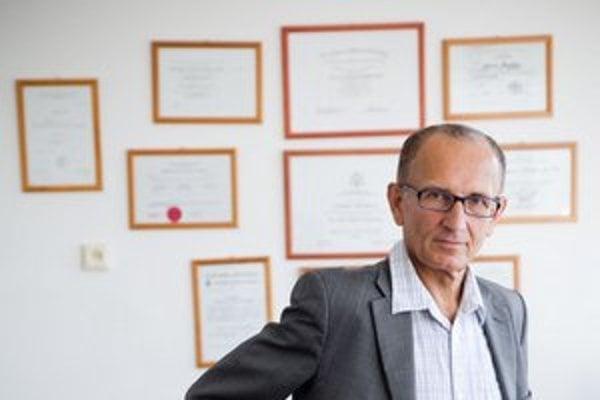 MUDr. Ľubomír Okruhlica, CSc. (1952) Psychiater, odborník na závislosti. Vyštudoval Lekársku fakultu UK v Bratislave (1976). Niekoľko rokov bol odborným asistentom na Psychiatrickej klinike. V rokoch 1989-93 pôsobil v rámci medzinárodnej technickej pomo