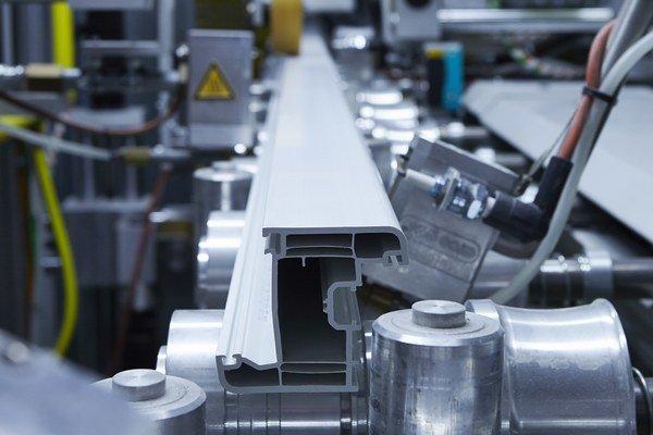 Výrobcovia menia prevádzky buď na firmy, ktoré predávajú a inštalujú okná, alebo z trhu odchádzajú v dôsledku insolventnosti.