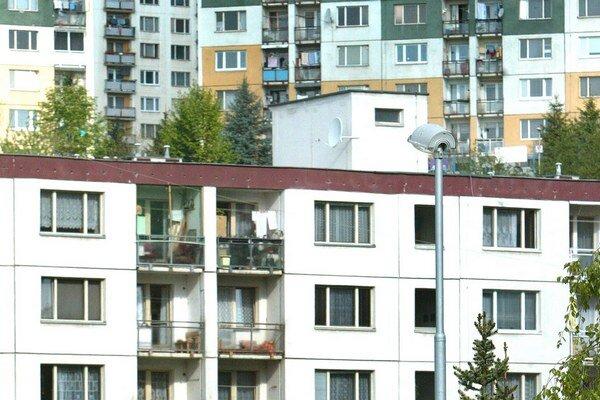 Kým v roku 2008 si mohol priemerne zarábajúci Slovák z mesačnej mzdy kúpiť 0,48 metra štvorcového bytu alebo domu, vlani to bolo 0,7 metra štvorcového nehnuteľnosti na bývanie.