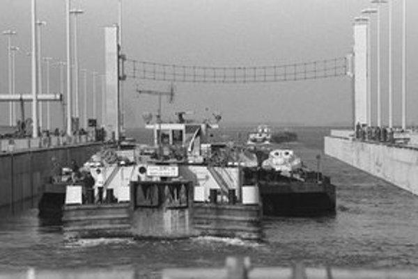 Na archívnej snímke z novembra 1992 tlačný remorkér Zemplín prechádza cez plavebnú komoru Vodného diela Gabčíkovo po obnovení plavby na Dunaji.