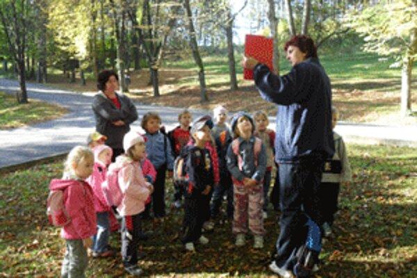 Deti sa počas prechádzky v Bojniciach naučili veľa nového.