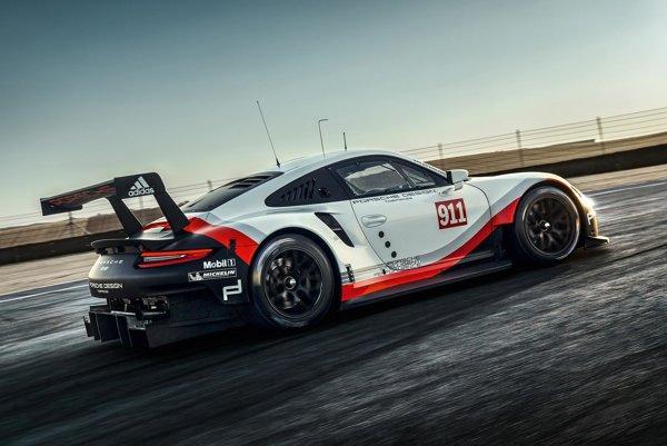 Nové pretekárske Porsche 911 RSR. Na pohon nového pretekárskeho porsche, určeného na preteky sezóny 2017, slúži štvorlitrový plochý šesťvalcový motor, vyvíjajúci výkon 375 kW.