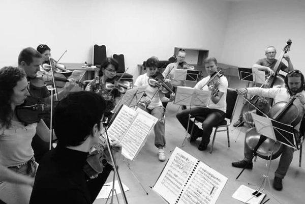 Už niekoľko rokov vedie orchester Musica Cassovia Karol Petróczi.