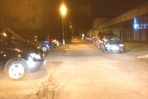 Ľudia z okolia Východnej ulice parkujú všade možne. Vravia, že miest je málo.