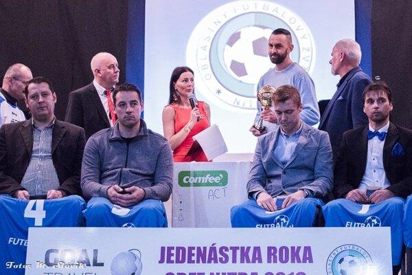 Futbalistom roka sa stal Martin Pagáč z Ivanky (vzadu stojí - najvyšší). Blahoželali mu moderátorka večera Kristína Kormúthová a predseda ObFZ Nitra Štefan Korman.