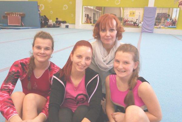 Martinské gymnastky Vanessa Schneiderová (vľavo) a Aneta Pavlíková (vpravo) so svojou trénerkou Alenou Ivaškovou (hore) a vrútockou trénerkou Andreou Surmanovou.