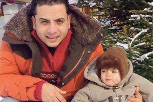 Adam s otcom Hasanom ešte v čase, keď žili spolu s matkou.