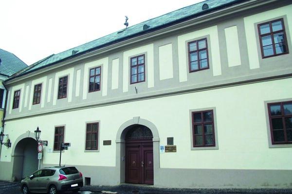 Časť knižnice sídli na Samovej ulici pod hradom.