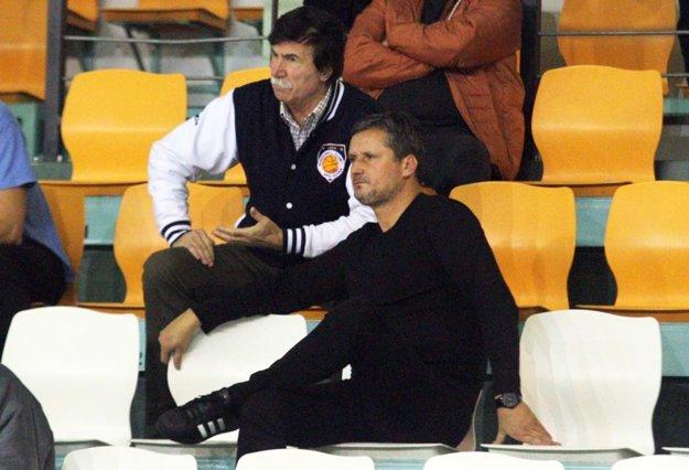 Na snímke vpredu prezident klubu Stanislav Michalík, za ním vedúci mužstva Jozef Mečiar.