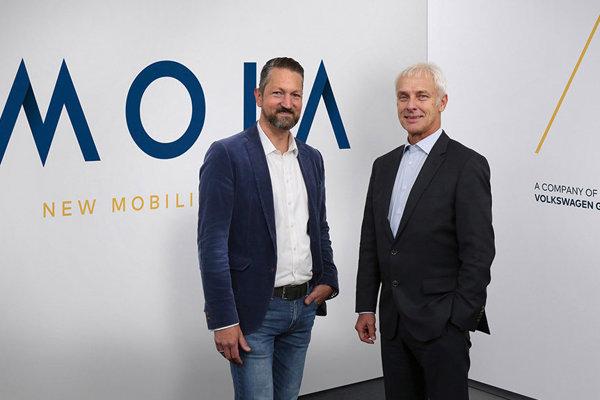 Riaditeľ Volkswagenu Matthias Müller (vpravo) a riaditeľ Moia Ole Harms.